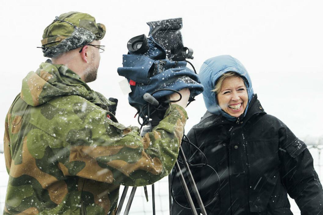 Forsvarsminister Anne-Grete Strøm-Erichsen blir intervjuet av major Jan Harald Tomassen ombord på fregatten KNM Otto Sverdrup. Det ser kaldt ut. Foto: Torbjørn Kjosvold/Forsvaret