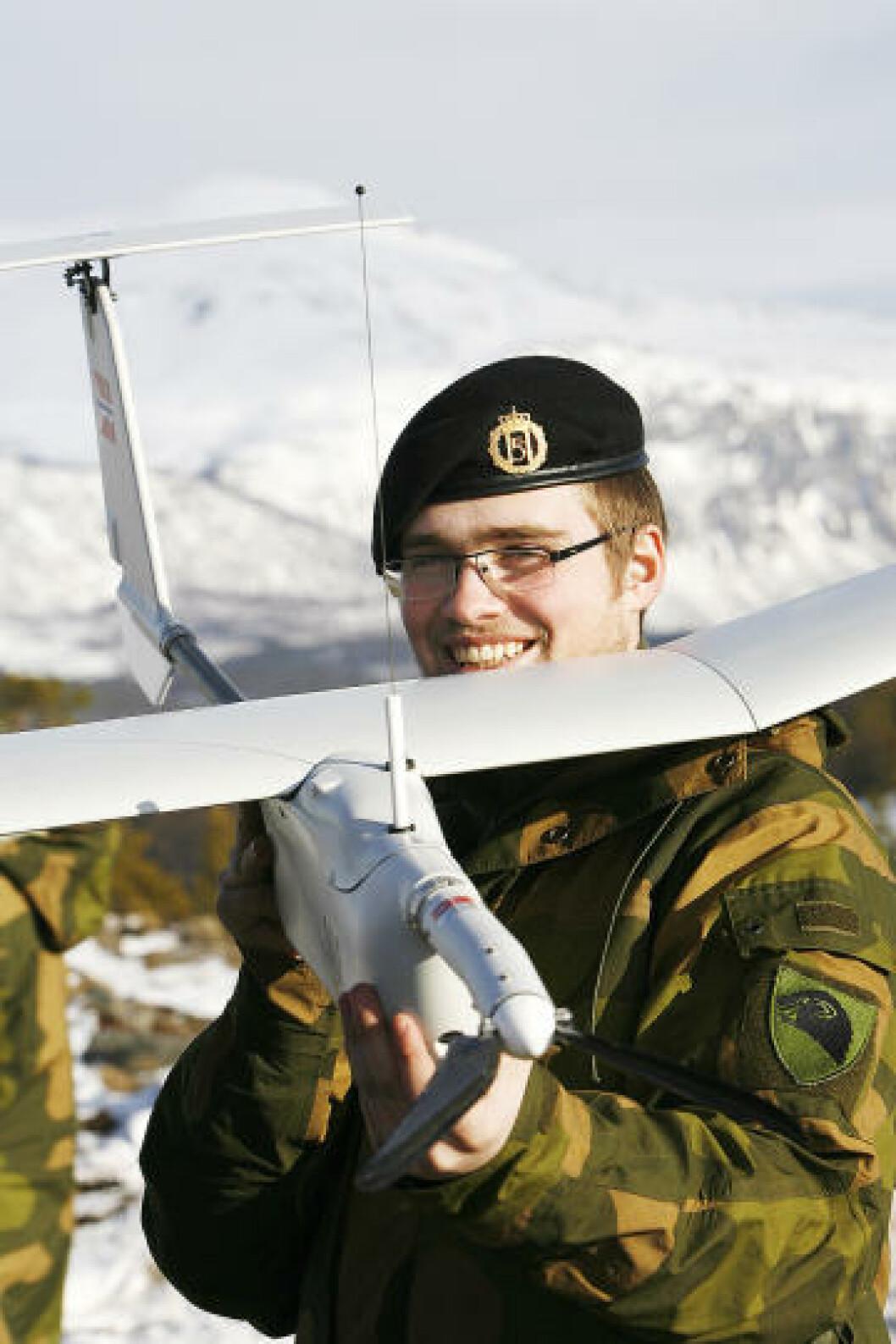 Fredrik Engebretsen med sin Aladin mini UAV. Det er altså ikke særlig stort, sammenlignet med andre militære droner. Foto: Torbjørn Kjosvold/Forsvaret