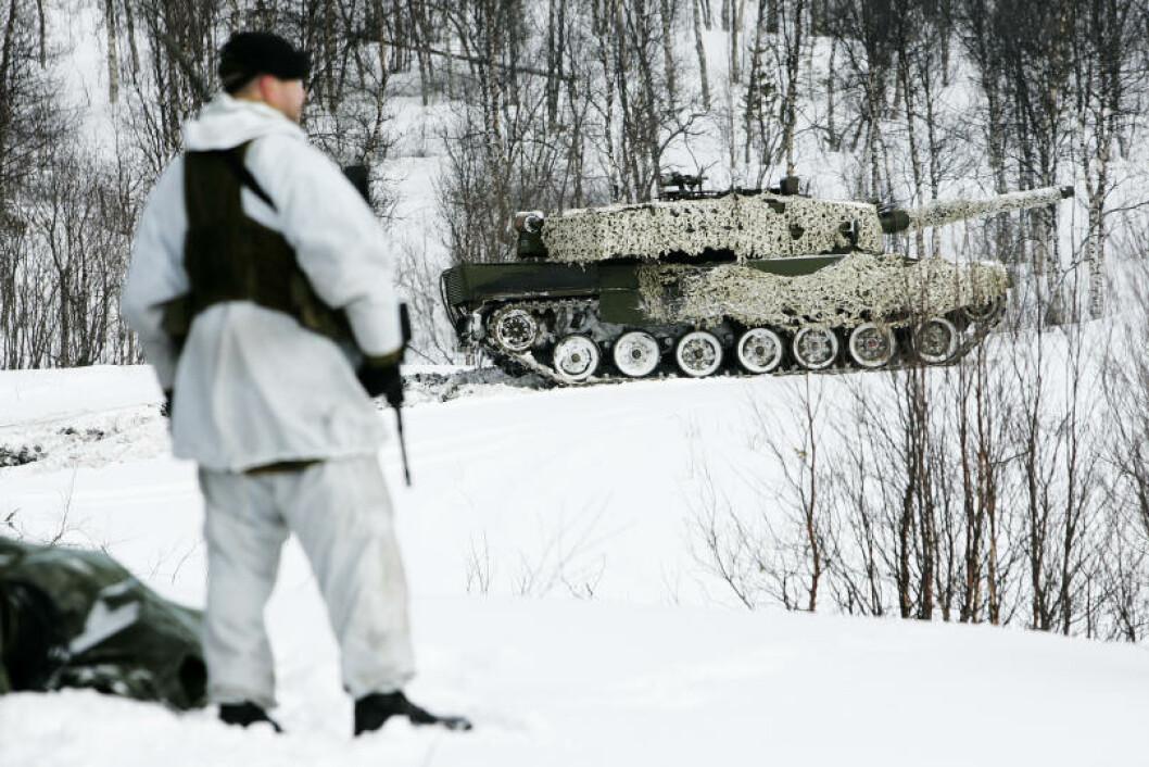 En Leopard-stridsvogn kjører forbi under skarpskytingen på Setermoen. Foto: Torbjørn Kjosvold/Forsvaret