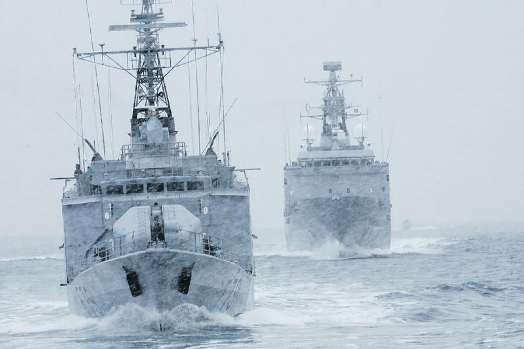 Den franske fregatten D`Estienne seiler foran KV Andenes under vinterøvelsen. Foto: Torbjørn Kjosvold/Forsvaret