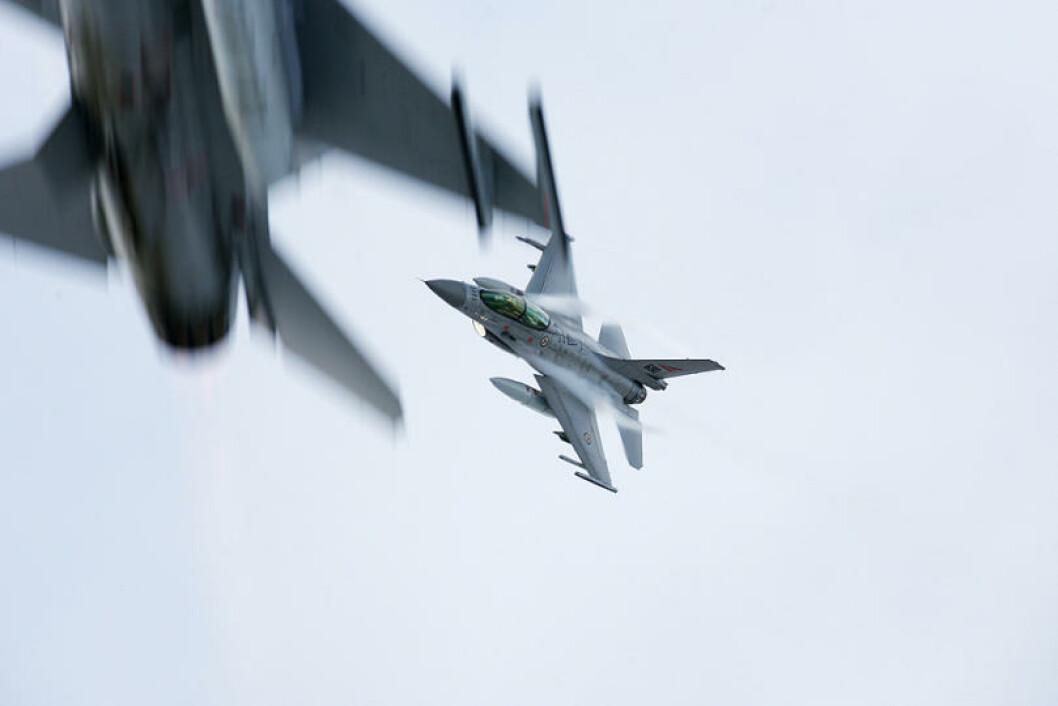 F16 fra demonstrasjonen på Setermoen skytefelt. Norske F-16, svenske JAS Gripen, tyske C-160 transportfly, overvåkningsfly og elektronisk krigføringsfly deltar på Cold Response. Foto: Torbjørn Kjosvold/Forsvaret