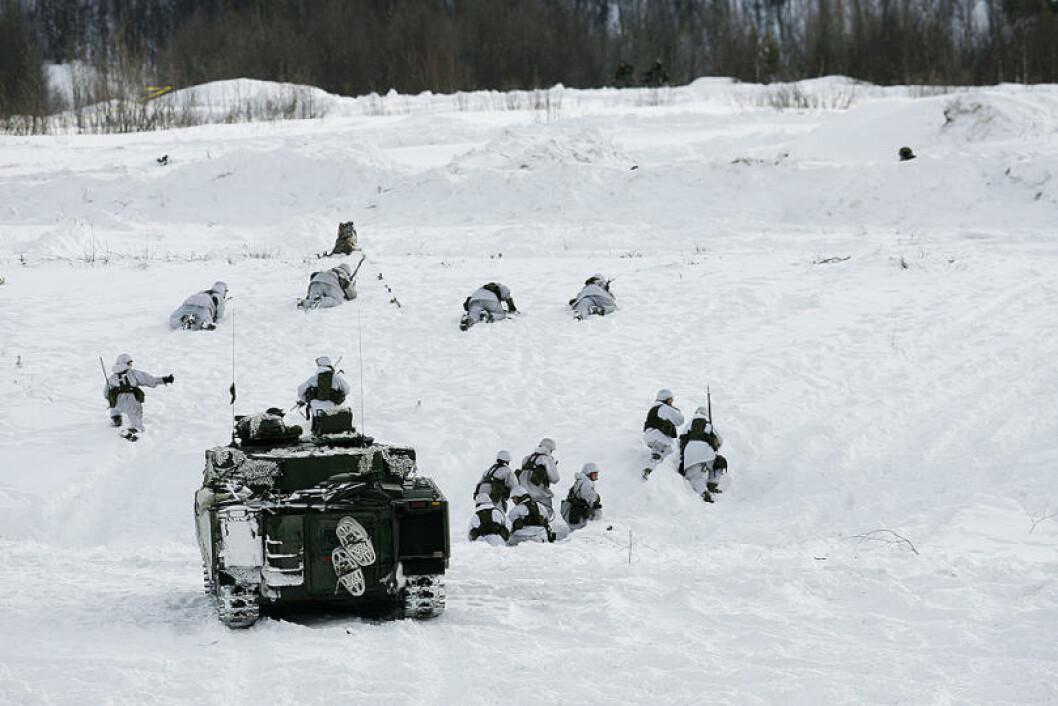 Hæren demonstrerer fremrykking i skytefeltet på Setermoen. Fra Norge deltar store deler av Brigade Nord, omlag 2500 soldater. Foto: Torbjørn Kjosvold/Forsvaret