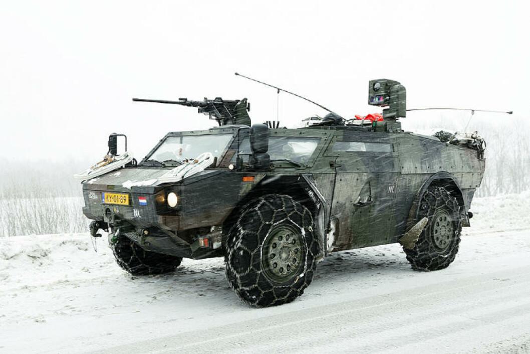 En nederlandsk Fennek rekkogniseringsvogn leter seg fram i snøføyken utenfor Bardufoss. Foto: Torbjørn Kjosvold/Forsvaret