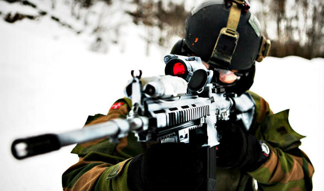 Soldater fra Kystjegerkommandoen i aksjon under øvelsen, et sted nær Harstad. Foto: Vegard Grøtt/Forsvaret